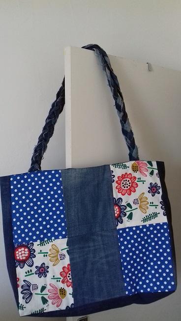 Très grand sac fourre-tout en jeans patchworks fleuris façon pomponette