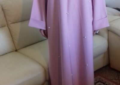 robe abaya rose longue large col rond perlé