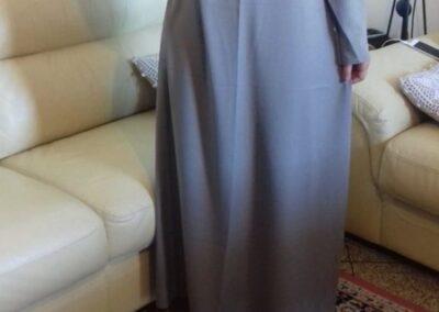 abaya robe longue manche longue col rond volant poitrine couleur taupe